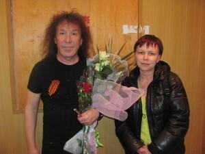 Владимир Кузьмин поздравил ЮНиС букетом цветов